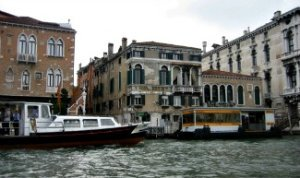 Vaporetto halte in Venetie grand canal