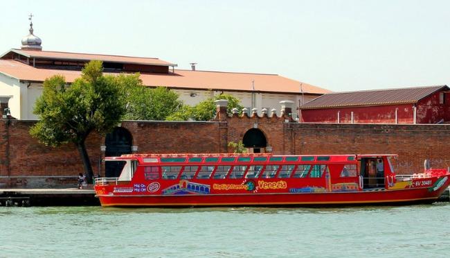 De Hop-on-Hop-off boot die je op verschillende plekken in Venetie over het water brengt